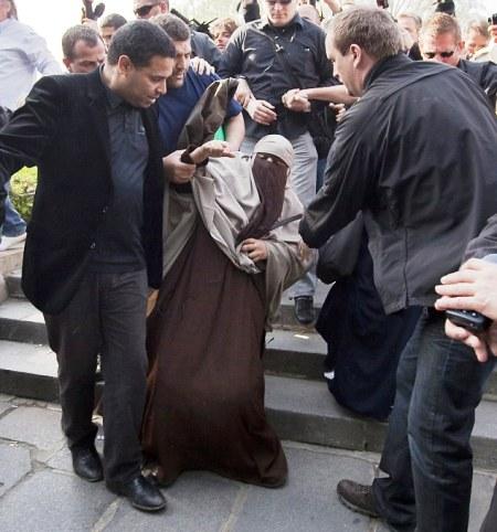 بازداشت بانوی مسلمان فرانسوی به جرم داشتن حجاب ! + تصویر 7999_999