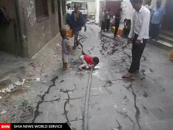 کودکیمنی آب کف خیابان مینوشد/ تصویر