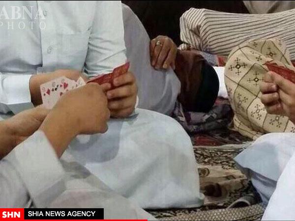 حرمتشکنی سعودیها در مسجد النبی(ص) با ورق بازی! + تصویر