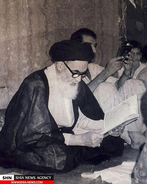 تصویر امام خمینی و قرائت قرآن در حرم امیر المومنین (ع)