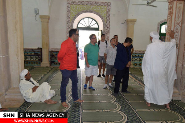 پوشش نامناسب سفیرانگیس باحضوردرمسجدی درالجزایر